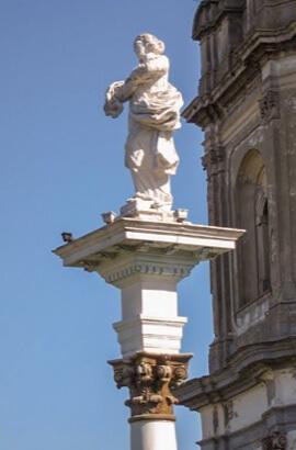 Пінзель, Колона зі статуєю Пречистої Діви Марії (вапняк)